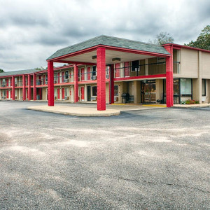 Exterior and interior shots of the Econo Lodge Daleville AL