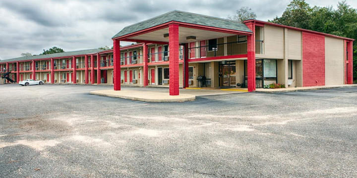 Exterior and interior shots of the Econo Lodge Daleville AL