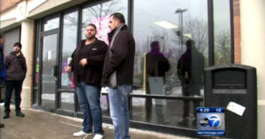 Armed T-Mobile Employee Defends Entire Store Against Armed Robbers In Chicago